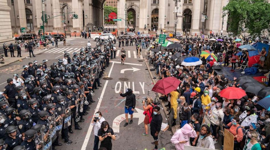 7月1日,纽约市警察与抗议者对峙。(图源:Getty)