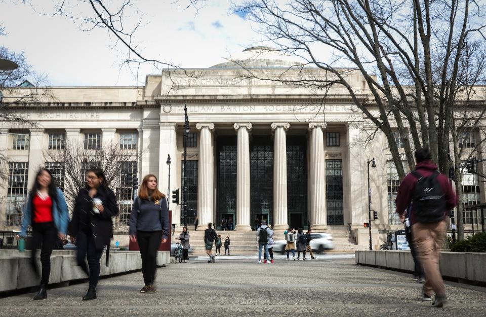 美国移民局出新规:留学生只上网课或被驱逐出境