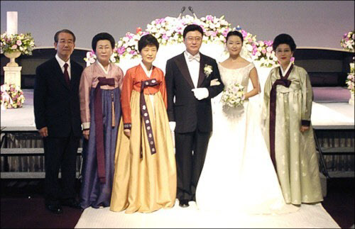 2004年,朴槿惠弟弟朴志晚结婚,朴在玉(左二)出席,与朴槿惠并肩。