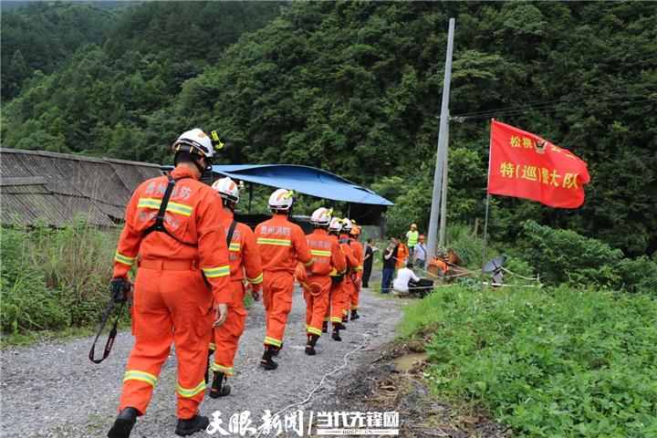 贵州松桃石板村山体滑坡救援现场:被困6人全部救出图片