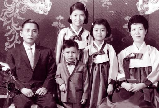 朴正熙与陆英修以及三个子女的合影(韩联社)