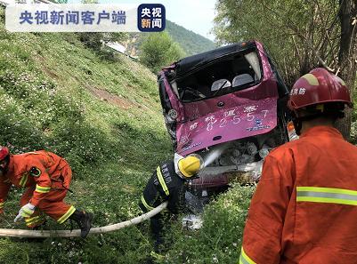 陕西:高速公路客运班车与厢式货车发生碰撞 冲出护栏翻车图片