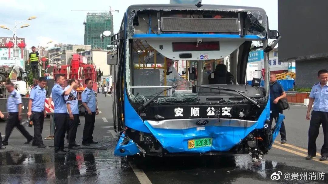贵州公交坠湖 司机为何突然转向加速?图片