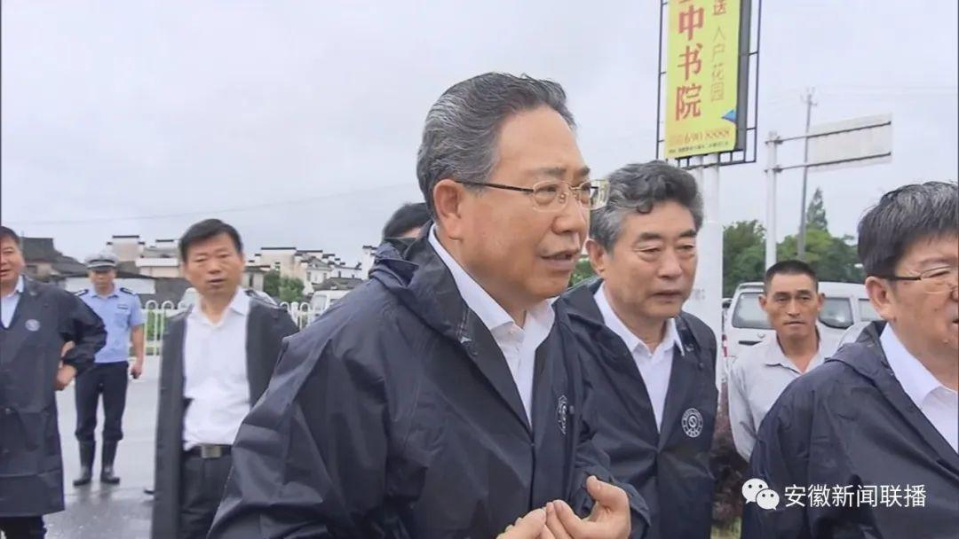 7号下昼,李锦斌来到黟县境内的昌景黄铁路西武岭地道项目现场,实地察看漳水河大桥受灾情形。