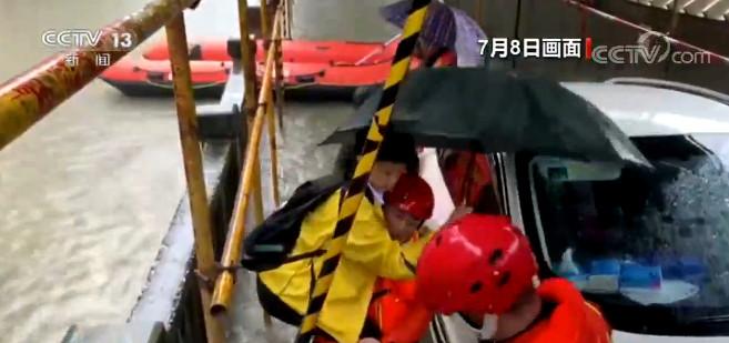 湖南岳阳:学生赶考受困 消防紧急救援图片