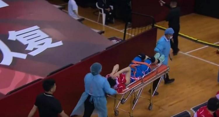 四川队员王政博拉伤大腿 已被送往当地医院