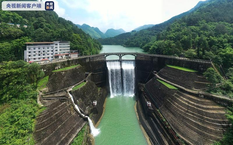 杏悦:降雨影响重庆胜天杏悦水库开闸泄洪图片