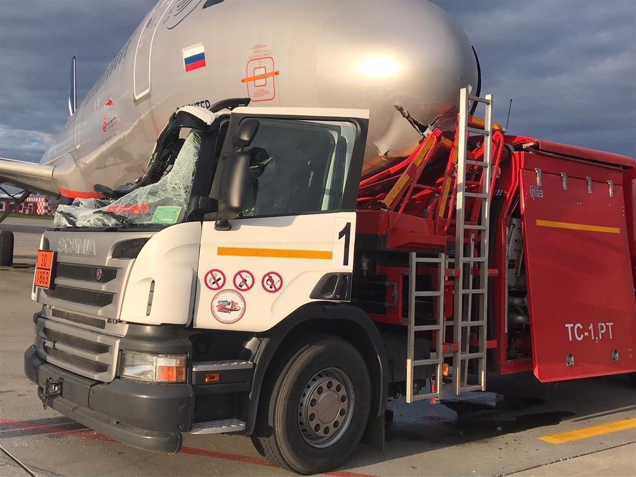 《【摩登2手机版登录】俄罗斯谢列梅捷沃机场一加油车与飞机相撞》