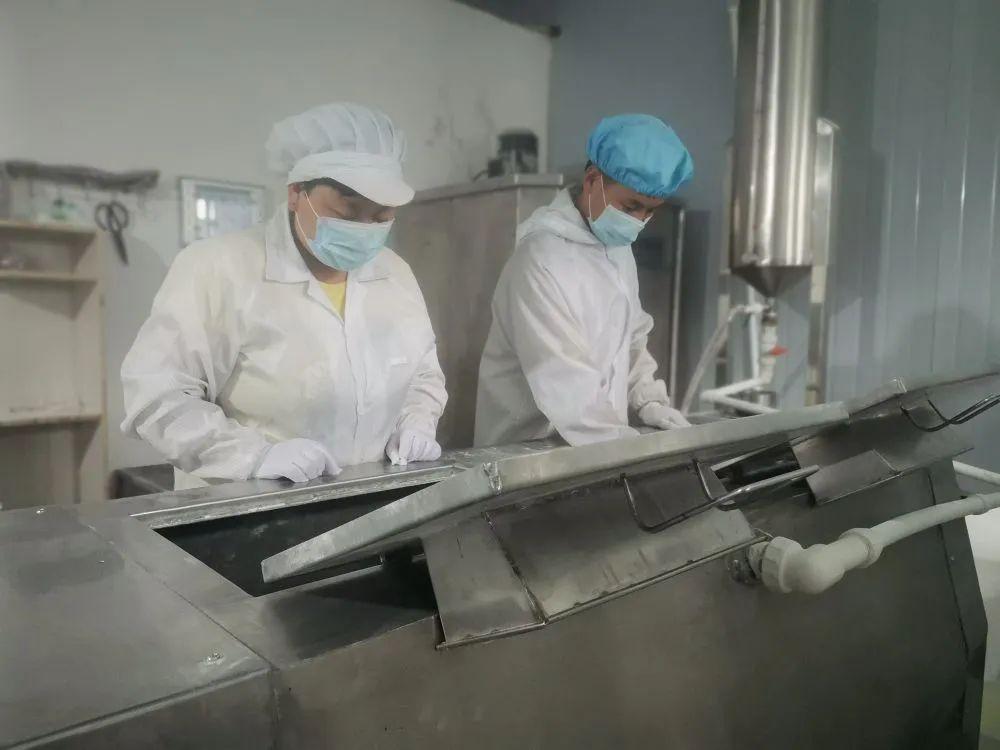 厂挂面在車出産的挂面间里村寨村大年夜進正在民生挂面行片。图産者受访由提供。