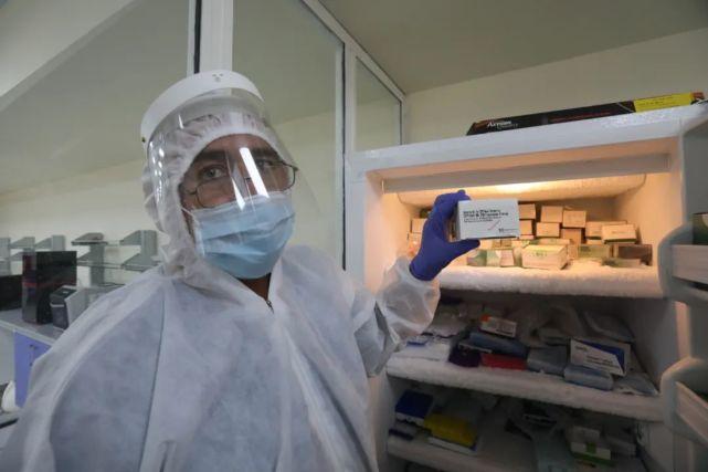 7月29日,检测人员展示中国捐赠的核酸检测试剂。新华社发
