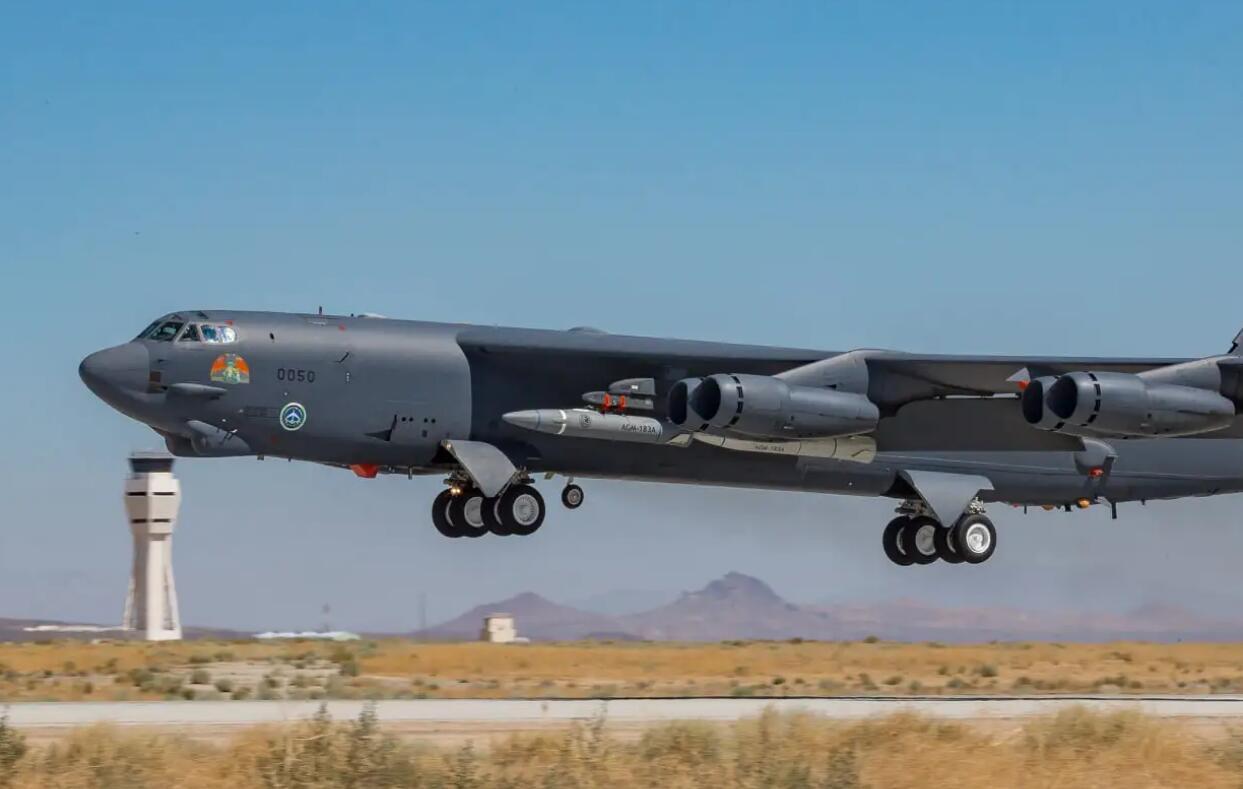 美军炸机同时挂两枚高超音速导弹飞行 此前曾发生导弹掉落事故