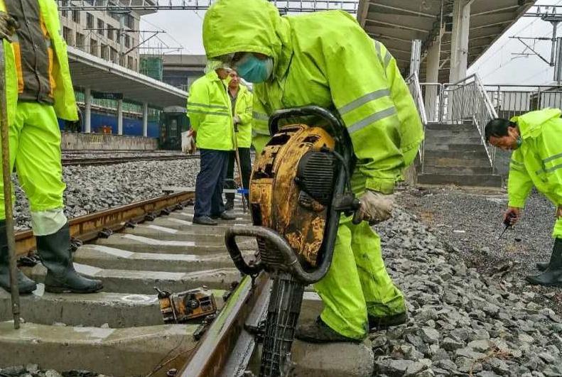 「菲娱3测速」大雨中的抢修—菲娱3测速邯图片