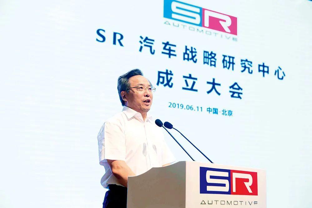 2019年6月11日,赛麟汽车与江苏省如皋市团结倡议的SR汽车计谋研究中央在北京正式建立。中共如皋市委常委、如皋经济手艺開發区党工委副书记馬金華在建立仪式上发言。图/每天汽车