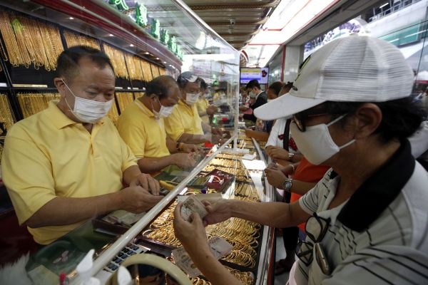 资料图片:7月20日,人们戴口罩在泰国首都曼谷一家金店出售黄金商品。(新华社/欧新)