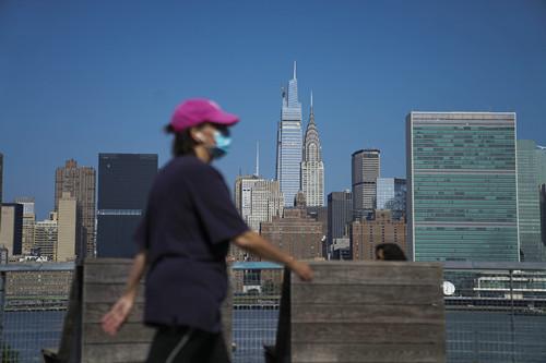 这是8月9日在美国纽约东河边拍摄的曼哈顿建筑群。新华社