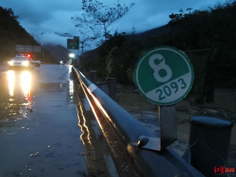 ↑雅西高速遭遇泥石流,已采取交通管制措施