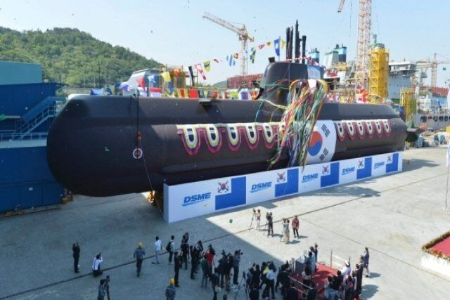 韩国新建潜艇下水仪式现场