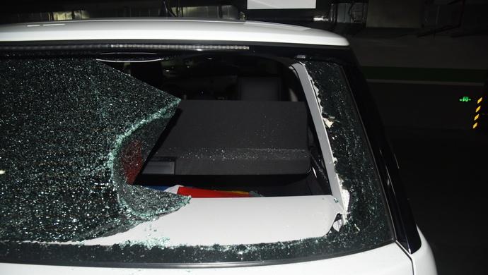 上海一代驾司机砸碎玻璃盗走车主40万元现金,警方5小时破案