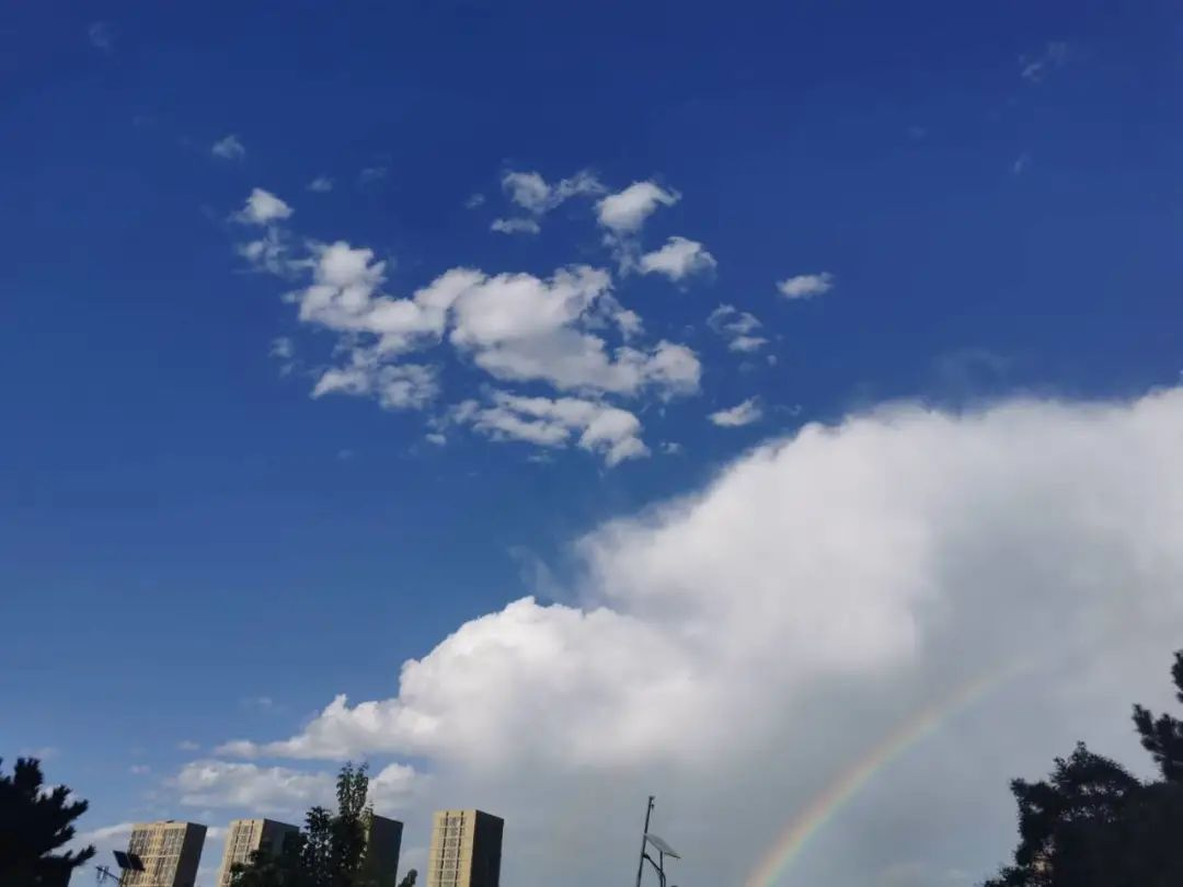 内大云景   云色惊晚天,暮影远虹见