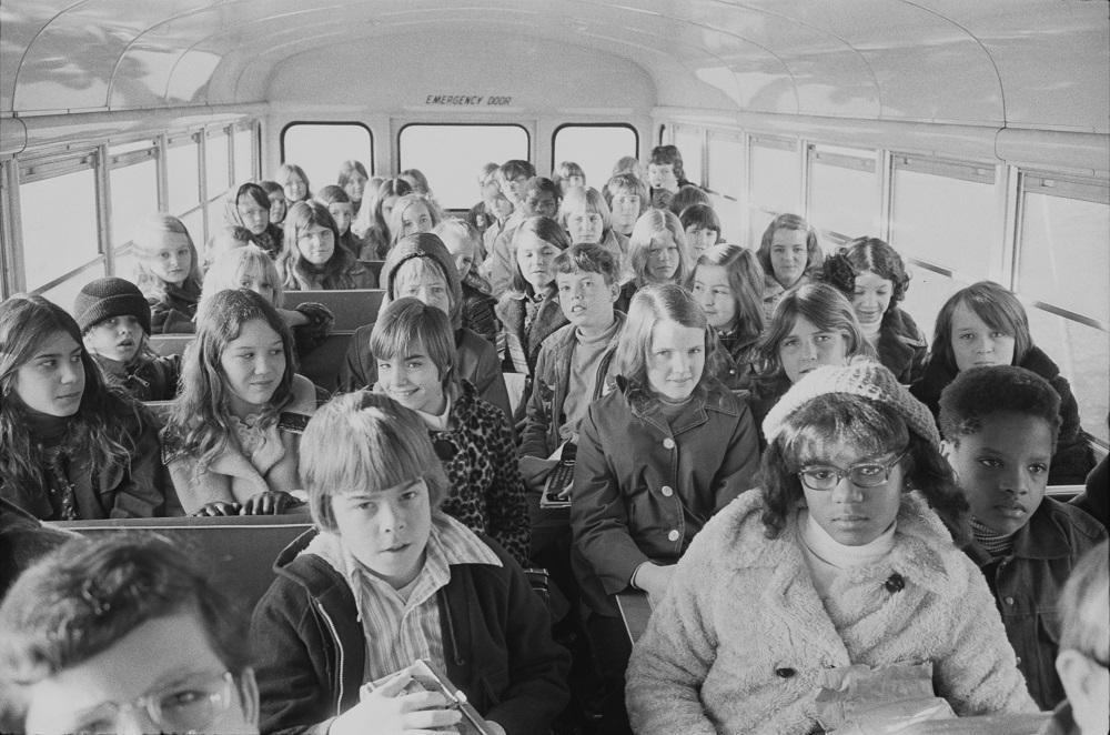 """△1973年 北卡州的 """"反种族隔离校车"""""""