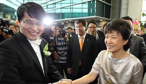 尹相现与朴槿惠昔日合影(韩联社)