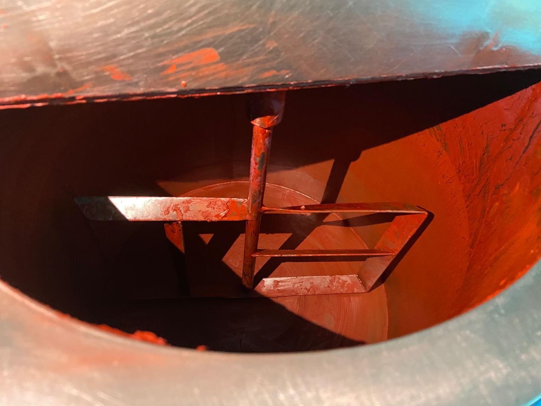 搅拌桶中满是已经按比例调和好色粉、油脂等原料的鲜红色口红膏泥。