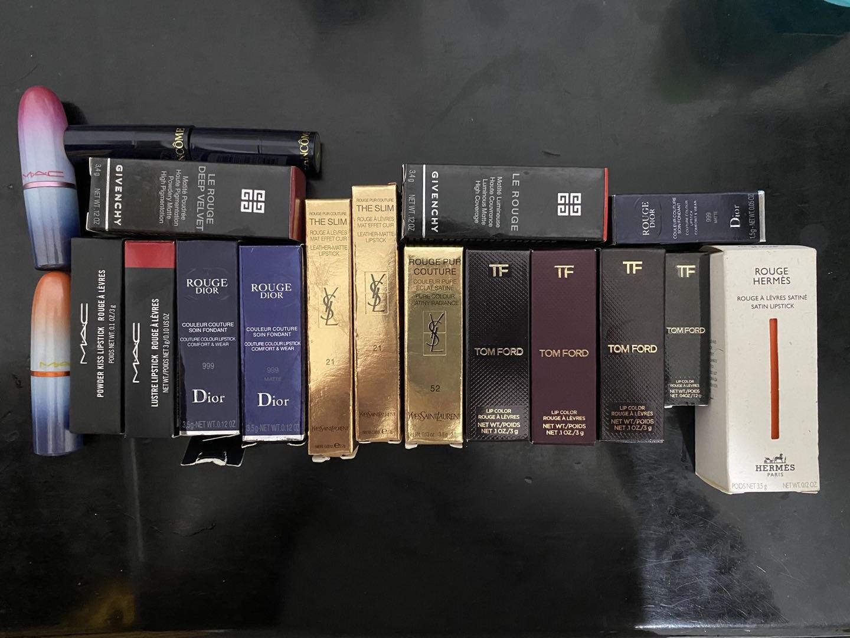 记者收到的各类样货,涵盖MAC、Dior、YSL、雅诗兰黛、纪梵希、兰蔻、爱马仕、TF等品牌热销款口红,正品价格从近200元到400多元不等。