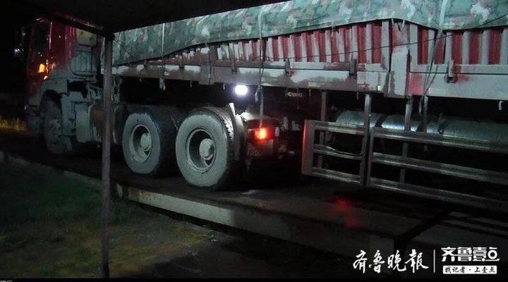 这辆拉钢材的货车差点爆了称
