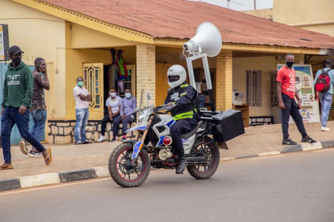 8月12日,在卢旺达首都基加利,警察使用装在摩托车上的扩音器播放防疫信息。新华社发