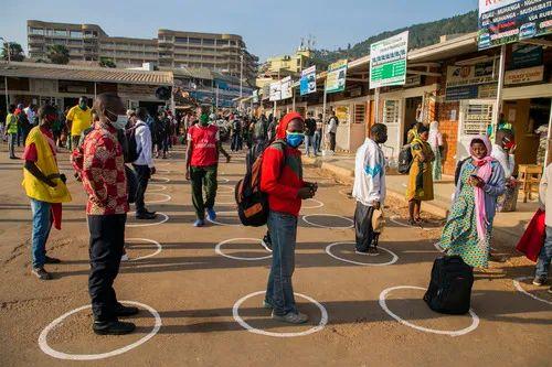 6月3日,乘客在卢旺达首都基加利公交总站保持安全社交距离排队购票。新华社发