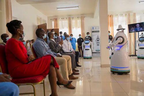 5月19日,在卢旺达首都基加利,卢旺达启用一批智能移动机器人,助力抗击新冠疫情。新华社发