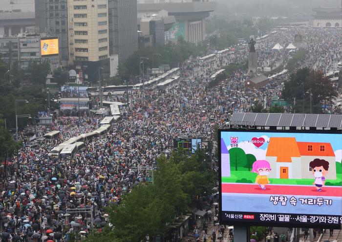 """8月15日,""""爱第一""""教会成员参与首尔光化门集会(韩联社)"""