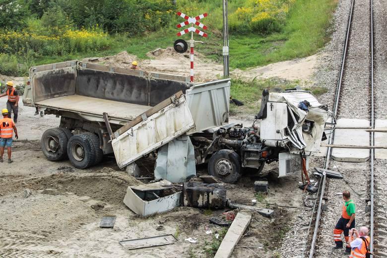 △与货车相撞的卡车残骸(图片来源自当地媒体)