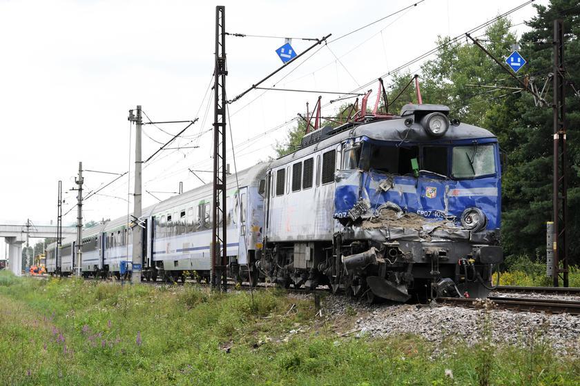 △与卡车相撞的火车车头(图片来源自当地媒体)