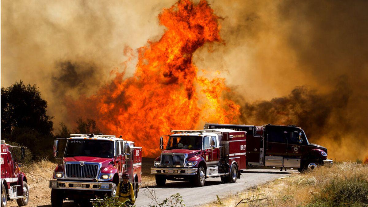 美国加州火灾现场浓烟滚滚。7800人在紧急情况下被疏散。