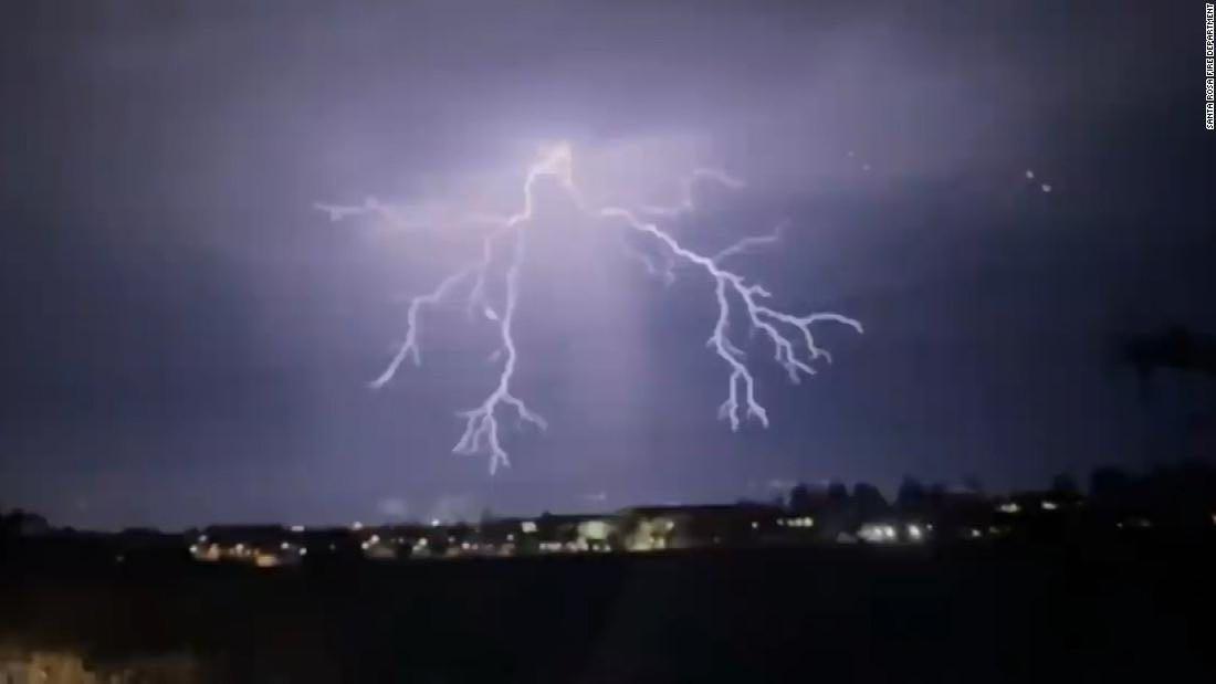 持续极端天气导致美国加州大火及断电