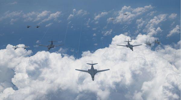 17日,美军轰炸机与战斗机在日本海与日本举行联合军演。(美国空军网站)