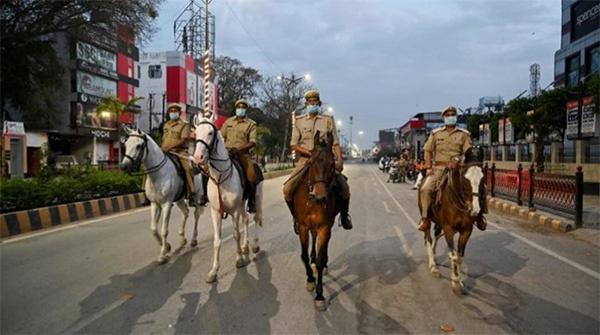 印度北方邦,封城期间骑警在巡逻