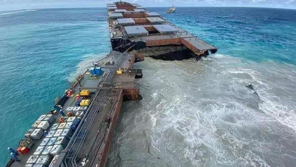 該船斷裂成兩截,船體開始緩慢下沉。
