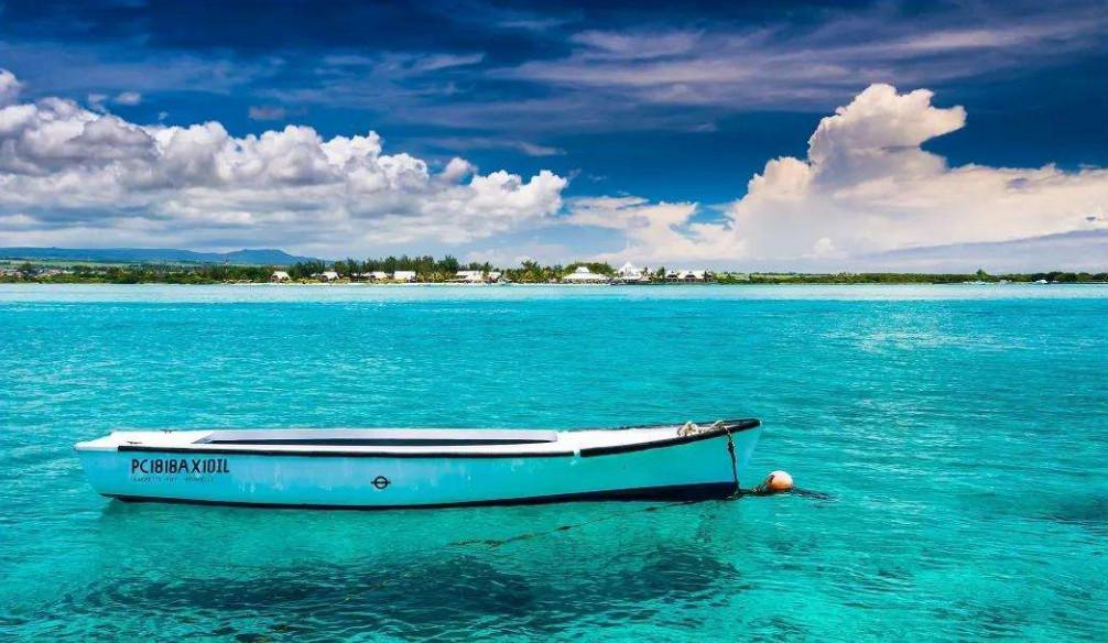 △事故前,毛里求斯海水清澈