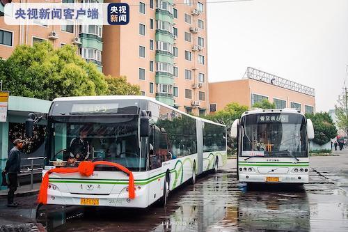 上海最后一批18米柴油巨龙车即将退役 新能源车接力上岗