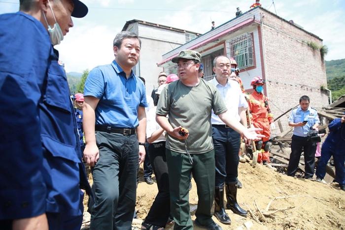 曹立军赴汉源县指导抢险救援工作时强调 全力搜救失联人员 严防次生灾害发生