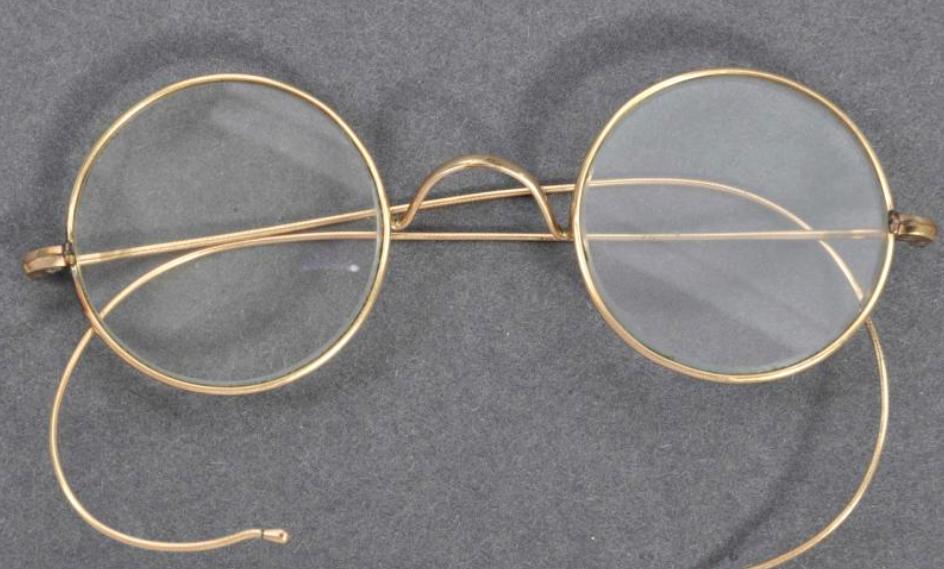 """印度""""圣雄""""甘地镀金眼镜在英国以26万英镑高价拍出"""