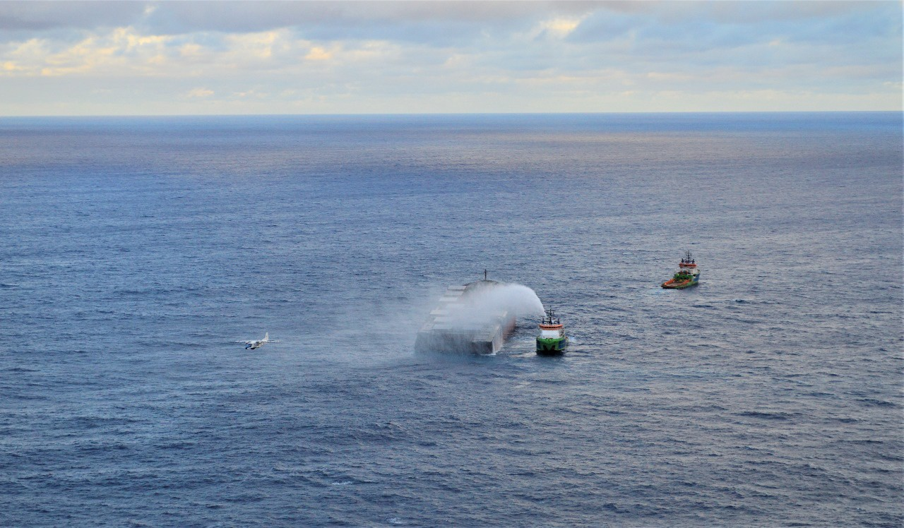 """日本货船""""若潮""""号船尾残油已抽取完毕"""