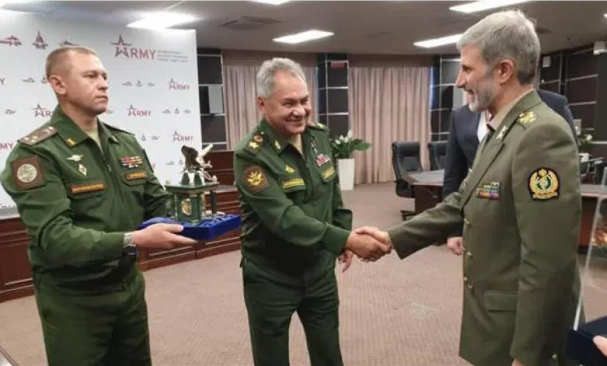 俄罗斯防长(中)与伊朗防长会晤。(图源:伊朗国防部官网)