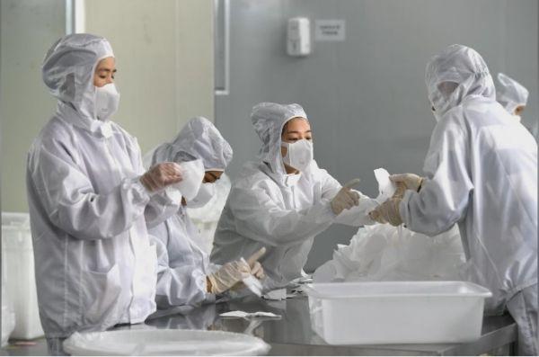 福州一工厂的员工正在加工口罩(路透社)