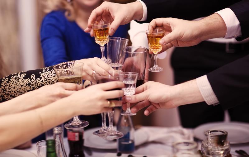 新员工不喝领导敬酒被打耳光,畸形酒文化该剔除了!