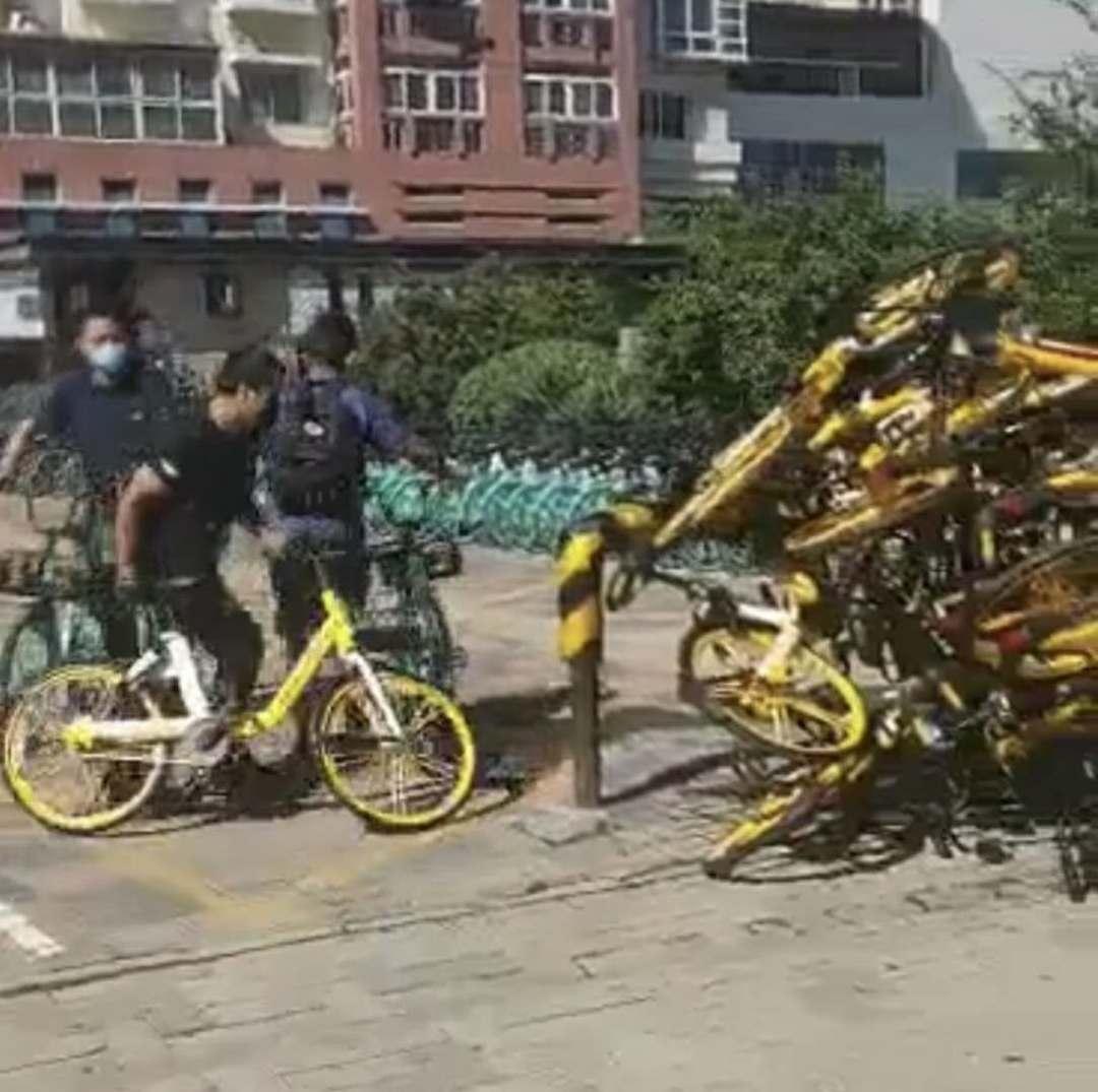 天津青桔员工扔摔美团单车,警方回应