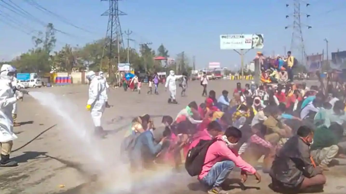 印度警察给返乡农民工消杀