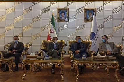 (△图片为格罗西同伊朗官员交谈 来自伊通社)